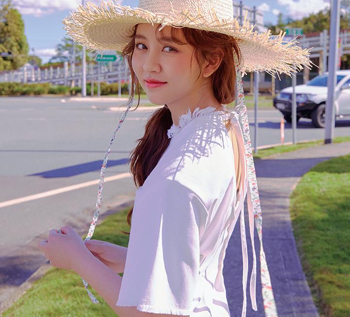 이제 막 스무 살이 된, 배우 생활 10년 차인 김소현은 또래보다 조금 빠르게 인생을 알았다. 그 덕분인지 그녀는 지금 또렷하게 자신의 일상과 삶을 보듬는 중이다. 그 시간을 더 다채롭게 채우는 건 여행. 김소현이 호주 퀸즐랜드, 그중에서도 여유와 낭만을 만끽할 수 있는 선샤인 코스트를 찾았다. 넓은 들판에 선 김소현을 햇살이 따스하게 비춘다. ::셀렙, 스타, 화보, 김소현, 호주, 퀸즐랜드, 션샤인코스트, 누사푸드앤드와인페스티벌, 여행, 호주여행, 코스모폴리탄, COSMOPOLITAN