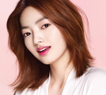 여신 김태희가 SBS 드라마 <용팔이>에서 재벌가 상속녀로 돌아왔다. 잠자는 숲 속의 공주처럼 누워 있는 극 중 '한여진'에게서 눈을 뗄 수 없게 만든 것은 청순한 핑크 립! 어떤 여자든 사랑스럽게 변신시키는 핑크 립 메이크업 팁을 소개한다.