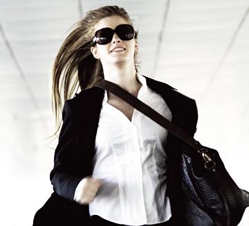 새벽 5시 30분 공항 도착! 예정대로라면 집에 가서 샤워를 한 뒤 프레시한 얼굴로 출근할 수 있었겠지만, 비행기가 연착하고 말았다. 공항에서 바로 회사로 가는 수밖에. 그런데 긴 비행으로 기름진 머리와 얼굴은 어떻게 하지? 코스모가 5분 안에 연예인 공항 룩으로 변신할 수 있는 비법을 공개한다.