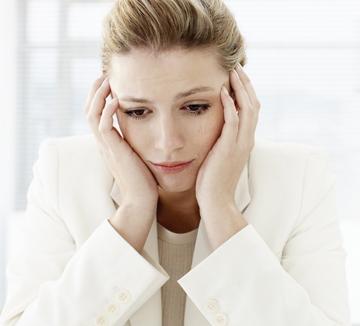 질문을 하면 '이것저것 묻는다'고, 질문을 안 하면 '왜 질문도 안 하냐'고 혼내는 사수 때문에, 분명 시키는 대로 했는데'시키는 일만 한다'고 화를 내는 팀장 때문에 억울해서 울고 말았다! 퉁퉁 부은 눈과 시뻘게진 얼굴로 책상에 앉아 있다간,'회사에서 왜 우냐'는 타박까지 날아올지 모른다. 5분 안에 눈물의 흔적을 완벽히 지울 비책이 필요하다.