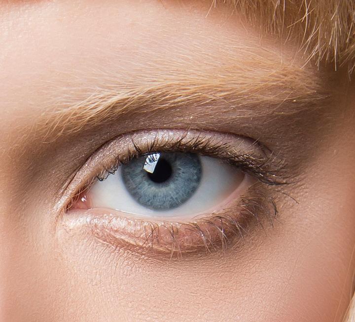밤에만 아이 케어에 공을 들이나? 아침 시간에도 꼼꼼한 마사지와 함께 아이 케어하면 부기가 쏙 빠진 홀쭉하고 또렷한 눈매를 목격할 수 있다.