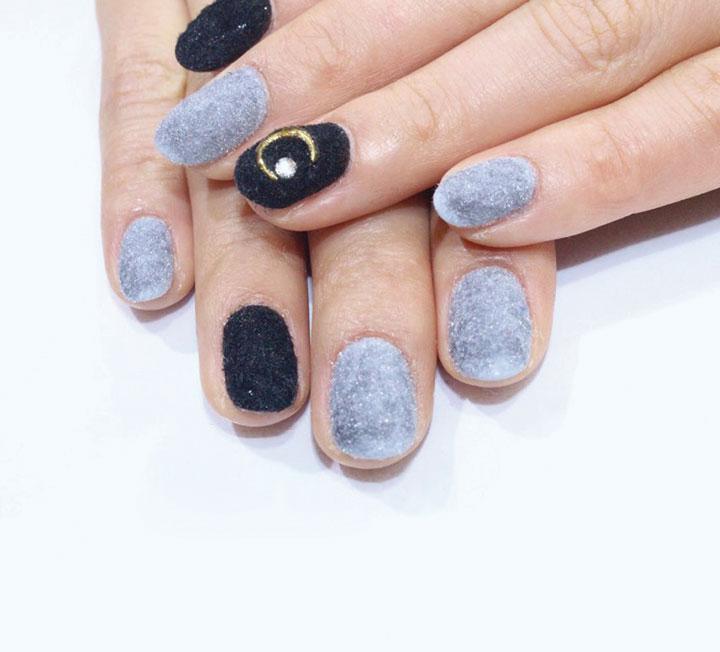 진주 컬러와 원색의 그린,  블루 컬러 글리터 네일 에나멜을 손톱에 꽉 채워 발랐다.
