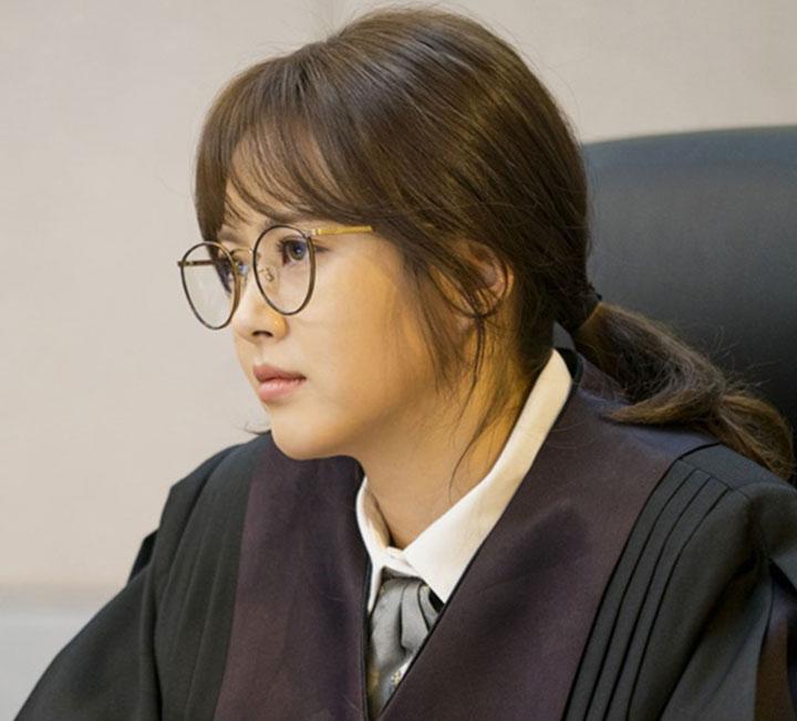 안경을 써야할 때, 아이 메이크업이 어렵다고? 사이다 판사 고아라의 만렙 스킬 참고해!