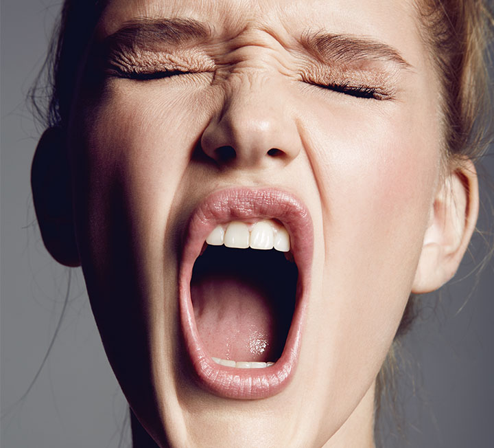 힘껏 짜내고, 바늘로 찌르고, 얼굴에 주사를 꽂는다? 폭풍 눈물은 말할 것도 없고, 멘탈 똑바로 붙들고 있지 않으면 나도 모르게 외마디 비명을 지르게 될 것이 뻔한 몇몇 피부과 시술들. 고문에 가까운 통증을 감내할 만큼 과연 효과적인 것인지 코스모가 조사했다.  ::뷰티, 뷰티팁, 마이크로니들링, 시술, 미백, 모공, 피부, 코스모폴리탄, COSMOPOLITAN