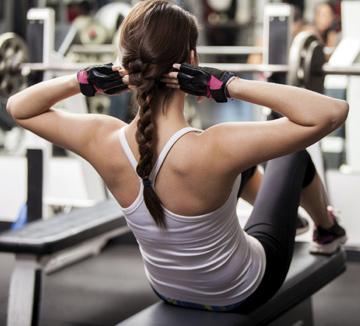 겨우내 허리춤에, 겨드랑이 안쪽에, 그리고 허벅지 깊숙한 곳에 꽁꽁 숨겨뒀던 잉여살에게 이별을 고할 시간이다. 그간 뻣뻣해진 근육을 달래며 몸을 끌어올려줄 워크아웃 플랜. ::운동, 데일리, 운동플랜, 다이어트, 근육, 스트레칭, 코어, 계단, 견과류, 탄수화물, 에너지, 코스모폴리탄, COSMOPOLITAN