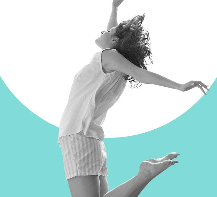 온몸을 흠뻑 적시는 땀과 근육통을 동반하는 행위만이 '좋은' 움직임일까? 평소보다 좀 더 부지런히, 짬 날 때마다 짧게, 가랑비에 옷 젖듯 움직이는 습관이 당신의 몸을 진짜로 위하는 운동일 수도 있다. 운동 대신 '움직이기'로 건강한 라이프스타일을 사수하라. ::운동, 다이어트, 헬스, 운동시간, 보디, 코스모폴리탄, COSMOPOLITAN::