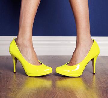 스틸레토 힐이 발 건강에 좋지 않다는 것은 알고 있지만 그렇다고 패션의 완성, 하이힐을 포기할 순 없는 일. 평소 발가락 운동을 해 발의 건강을 챙겨보자.