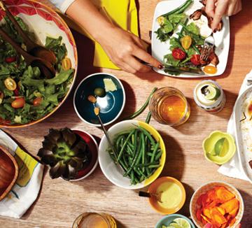 점심 도시락을 직접 준비하는 것은,식비를 줄일 수 있을 뿐 아니라 외식하는 것보다 더 건강하고 몸매유지에도 도움이 된다.코스모가 출근 전,누구나 쉽게 만들 수 있는 건강한 점심 도시락 레시피를 준비했다.::도시락, 회사, 피크닉, 데이트, 건강, 몸매, 점심, 간단, 10분, 출근시간, 꿀팁, 외식, 식비, 절약, 코스모폴리탄, COSMOPOLITAN