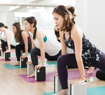 코스모 보디 프렌즈의 세 번째 미션은 뭉친 어깨와 허리 근육을 이완시켜 틀어진 몸을 교정하고 호흡을 통해 내면에 온전히 집중하는 것. 코스모가 룰루레몬 플래그십 스토어에서 진행된 릴랙스 요가 클래스를 찾았다.::요가, 바디, 헬스, 건강, 몸매 관리, 다이어트, 운동, 어깨, 허리, 스트레스, 요가, 근육, 릴랙스, 요가 클래스, 요가 동작, 코스모폴리탄, COSMOPOLITAN