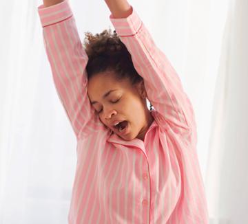 <수면 혁명>의 저자인 <허핑턴 포스터> 편집장 아리아나 허핑턴의 수면에 대한 리얼 팁!::건강, 수면, 전자기기,. 카페인 섭취, 마음, 바디, 헬스, 잠, 취침, 침대, 수면 혁명,  코스모폴리탄, COSMOPOLITAN