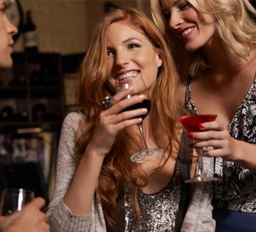 술, 한 번 마시면 멈출 수 없다고? 아무 생각 없이 마시다가 잔뜩 불러온 술배를 맞이하고 싶지 않다면 다음의 조언을 기억해라. 알코올 리서치 협회 소속인 의학박사 윌리엄 커가 말하는 술배 줄이는 음주 팁 3. ::술, 건강, 술배, 음주, 팁, 얼음, 탄산, 물, 코스모폴리탄, COSMOPOLITAN