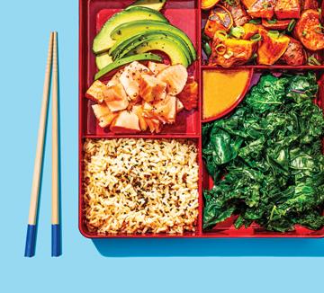 곡물, 채소, 생선 그리고 육류에 골고루 비중을 두는 식습관은 일본인들의 장수 비결이다. 일본계 셰프 캔디스 쿠마이가 몸은 가볍게, 에너지는 충분히 충전해주는 도시락 레시피를 소개했으니 오늘 점심 도시락은 이렇게 챙겨보도록!::식단, 도시락, 일본 도시락, 건강, 헬스, 바디, 보디, 다이어트, 레시피, 코스모폴리탄, COSMOPOLITAN