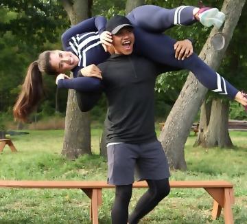 남친과 함께 하면 더 즐겁다. 그와 함께 운동하며 엉덩이와 코어 근육을 힘껏 조여보자.::운동, 보디, 바디, 건강, 헬스, 사랑, 연애, 남친, 애인, 남자친구, 코스모폴리탄, COSMOPOLITAN