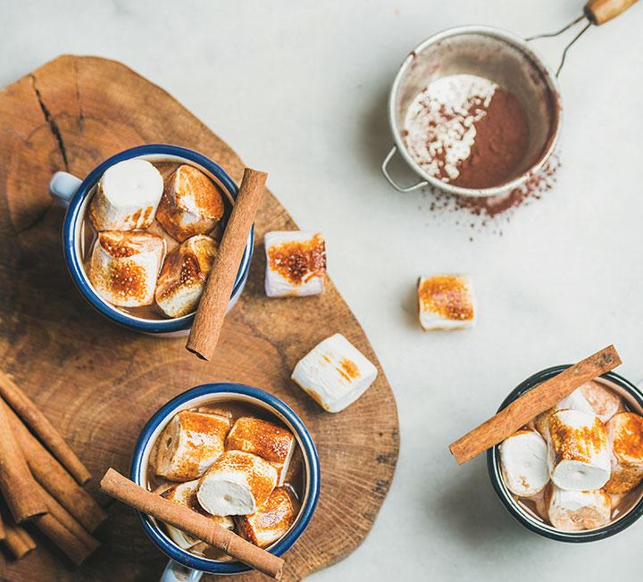 """""""찬 바람이 싸늘하게, 두 뺨을 스치면~."""" 지금 필요한 건? 바로 따뜻하고 달콤한 핫 초코가 정답! 코스모의 레시피를 참고해 원하는 맛을 고르고 직접 만드는 재미까지 누릴 것."""