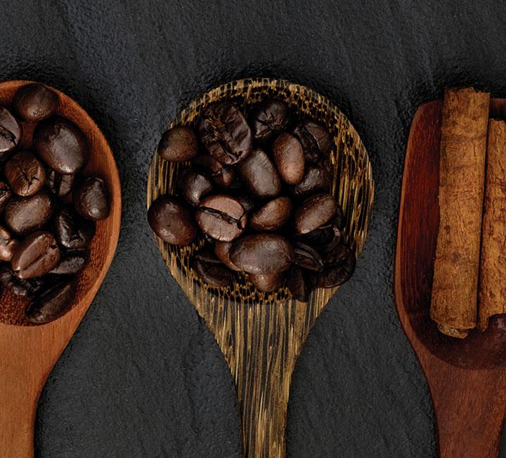 """입으로 """"호~"""" 불며 따뜻한 커피 한 잔 마시기에 딱 좋은 계절. 우리가 커피를 마시는 무수한 이유에 한 가지가 더 추가됐다. 커피와 만나면 엄청난 시너지를 자랑하는 재료가 있기 때문. 모두 설탕이나 프림 대신 넣어야만 효과를 볼 수 있다. ::보디, 건강, 커피, 클로로겐산, 카페인, 폴리페놀, 항산화제, 코스모폴리탄, COSMOPOLITAN"""