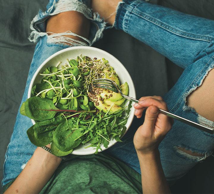 동물 윤리와 환경 및 개인의 건강 보호는 물론, 다양한 식단과 맛까지 약속하는 '채식'이 대세로 떠오르고 있다. 어디서부터 어떻게 시작하는 것이 좋을까? ::바디, 헬스, 건강, 비건, 채식주의자, 채식, 건강식단, 코스모폴리탄, COSMOPOLITAN