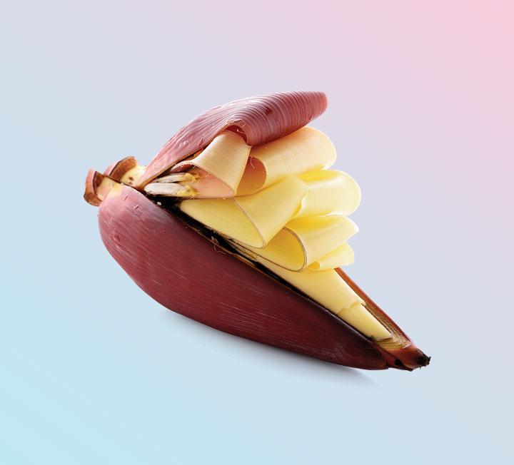 버거킹이 비건 와퍼를 출시하고, 미국 식물성 고기 브랜드 비욘드미트의 가짜 고기가 출시 한 달 만에 1만 팩 팔렸다. '바나나꽃' 같은 생소한 육류 대체 식품을 찾아 인터넷을 뒤지는 사람이 생각보다 많다는 뜻이다. 최근 비건 슈퍼푸드로 떠오르는 바나나꽃의 A to Z를 파헤쳤다. ::헬스, 건강, 슈퍼푸드, 바나나꽃, 비건, 다이어트, 채식, 식단, 건강음식, 코스모폴리탄, COSMOPOLITAN