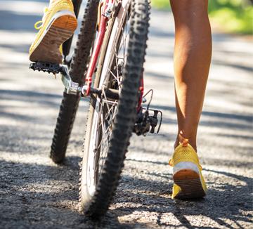 라이딩의 계절이 돌아왔다! 하지만 긴급 상황은 언제 어디서나 일어나기 마련.  안전한 라이딩을 위한 조언을 참고하자.::라이딩, 자전거, 한강, 건강, 보디, 헬스, 운동, 관리, 코스모폴리탄, COSMOPOLITAN