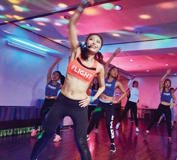 땀과 미러볼 빛에 젖어 몸을 흔들다 보면 복근과 잔뜩 화난 엉덩이, 매끈한 팔을 얻을 수 있다. 클럽 파티에서 춤추라는 소리냐고? EDM 음악에 맞춰 신나게 노는 워크아웃, '플라이트' 얘기다.::댄스, 다이어트, 플라이트, 워크아웃, EDM, 흥, 흥부자, 몸매, 관리, 춤, 식이요법, 헬스, 미러볼, 코스모폴리탄, COSMOPOLITAN