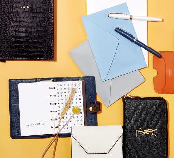2016년을 보다 계획적으로 알차게 보내기 위해 미리 준비해야 할 것이 있다. 멋스러운 다이어리와 좋은 기운을 줄 것 같은 지갑, 자신감 넘치는 비즈니스 미팅을 위한 카드 지갑과 함께라면 당신의 한 해가 더 기분 좋아질 듯.