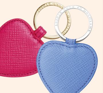 사랑이 샘솟는 2월, 밸런타인데이를 맞아 연인에게 특별한 선물을 전하고 싶다면 사랑의 징표인 커플 아이템이 정답! 너 하나, 나 하나 착용하고 길을 나서면 누구보다 더 완벽한 커플 케미를 뽐낼 수 있다.