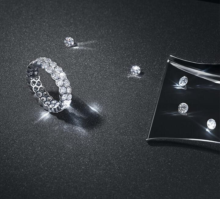 흔히 다이아몬드의 가치를 결정하는 기준인 캐럿, 컬러, 투명도, 컷을 뜻하는 '4C'. 가장 정확한 비율과 영롱한 원석의 아름다움을 선사하는 '까르띠에'의 다이아몬드는 다르다. 최고의 다이아몬드가 갖춰야 할 기준에 까르띠에만의 다이아몬드 감정 전문가들을 뜻하는 C를 더해 엄격한 기술력의 '5C'를 제안한다.
