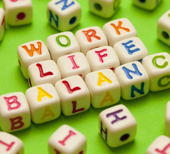 워라밸(워크 앤 라이프 밸런스)은커녕 '월화수목금금금 일!일!일' 뿐인 삶을 살고 있는 당신.일과 내 삶의 밸런스를 맞추며 보다 즐겁게 먹고,일하고,즐기고 싶다면 하지 말아야 할 행동들을 모았다. ::워라밸, 워크앤라이프밸런스, 커리어, 회사생활, 라이프스타일, 칼퇴, 야근, 비즈니스, 코스모폴리탄, cosmopolitan
