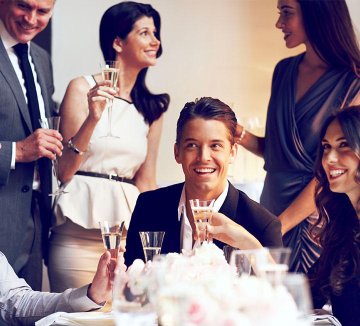 진짜 고수들은 회식이나 업계 행사에서 중요한 인맥을 포섭한다. 술 잘 마시고 분위기 잘 맞추는 건 옛날 방식이다. 새로운 네트워킹 트렌드를 바탕으로 상사와 친해지고 업계 인맥을 넓혀보자.