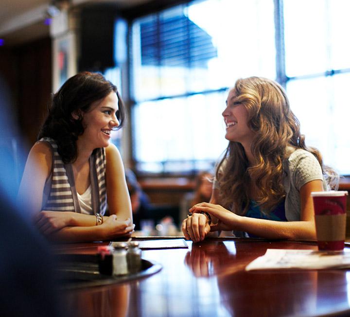처음 만난 사람과도 십년지기 친구처럼 자연스럽게 대화를 나눌 수 있는 첫 대화 치트키. ::대화, 치트, 첫인사, 자기소개, 주제, 마무리, 코스모폴리탄, COSMOPOLITAN