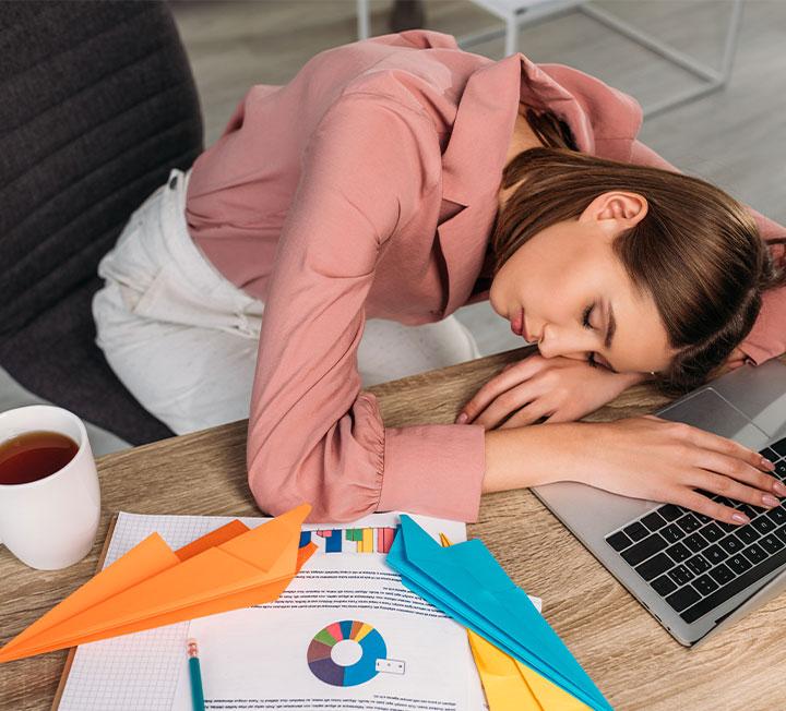 오늘도 할 일을 미루면서 내일을 기약하고 있나? 하지만 '오늘의 나' 역시 어제는 '내일의 나'였다. 눈앞에 닥친 업무를 회피하는 대신, 만성적 미루기의 원인이 되는 심리 상태를 잘 살펴 다음의 5가지 방법으로 대응해보자. ::비즈니스, 커리어, 커리어팁, 피로, 스트레스, 직업, 직장생활, 사회생활, 습관, 코스모폴리탄, COSMOPOLITAN
