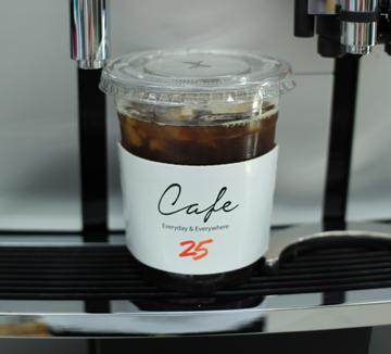 텅 빈 지갑을 들고 비싼 카페 앞에서 울먹이던 대학생들은 주목하자!가난한 커피애호가들을 구제해줄 편의점 카페들이 두 팔 벌려 환영하고 있으니 말이다.저렴한 가격에 놀라고,고품질에 또 한번 놀랄 테니 오늘만큼은 주변의 편의점으로 발걸음을 돌려보자. ::커피, 편의점 커피, 대학생, 취향저격, 커피애호가, 저렴이, 고품질, 코스모 캠퍼스