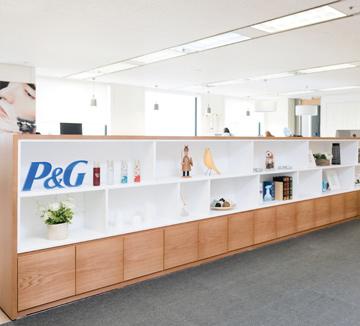 화장품을 비롯한 샴푸, 세제, 면도기, 칫솔 등의 생활용품은 우리에게 없어선 안 될 존재다. 이 모든 제품을 다루는 글로벌 생활용품 기업의 대명사, P&G는 어떤 일을 하고 있을까? 회사를 찾아 직원들이 어떤 일을 하는지 알아봤다. ::P&G, 유통업계, 기업탐방, 생활용품, 샴푸, 세제, 면도기, 칫솔, 다우니, 페비르지, 질레트, 팸퍼스, 역사, 전통, 코스모캠퍼스