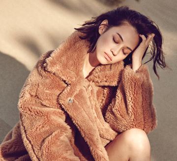 인적이 드문 어느 바닷가의 모래언덕. 가을 햇살을 등에 지고 그녀가 나타났다. 한없이 사랑스럽다가도, 한없이 미스터리한 미즈하라 키코의 매력