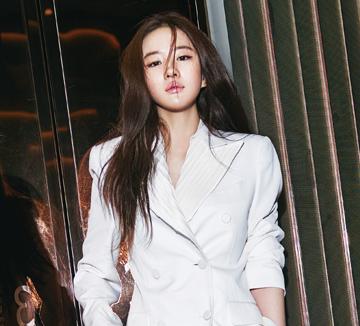 청초하고 부드러우면서도 강렬하게 빛나는 힘이 느껴지는 배우 유역비. 할리우드에서도 주목받는 중국을 대표하는 여배우인 그녀를 만났다. 베이징 시내의 마천루가 한눈에 펼쳐지는 현대적인 건물에서 만난 유역비는 아이 같은 순수함과 강인한 카리스마를 동시에 지닌 데다 자신만의 신념까지 갖춘 멋진 여자였다.