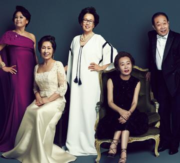 벚꽃이 막 피기 시작하던 지난 4월 초, 논현동의 스튜디오로 배우들이 한두 명씩 들어오기 시작했다. 김혜자, 나문희, 윤여정, 박원숙, 고두심, 신구, 주현, 고현정… 이름만 들어도 어마어마한 이 배우들이 한자리에 모인 이유는 5월 13일 첫 방송 예정인 tvN <디어 마이 프렌즈> 때문. 방송을 앞두고 배우들이 코스모와 함께 패션 화보를 촬영하고, 그 수익금을 자선 단체에 기부하는 프로젝트를 진행했다.