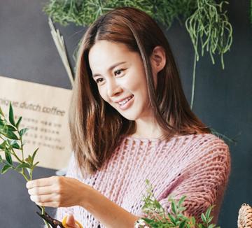 블로그, SNS 세계에서 무수한 팔로어와 소통하는 인플루언서 '아이비'는 어떤 라이프스타일을 추구할까? 폭염이 기승을 부리던 8월의 어느 날, 서울의 뒷골목에서 그녀의 일상을 엿봤다.