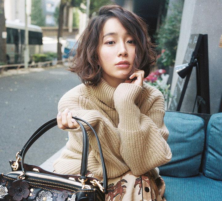이민정은 한결같다. 머리가 짧든 길든, 민낯이든 풀 메이크업을 했든, 매니시하거나 여성스러울 때도 그녀는 아름답다. 도쿄에서 만난 배우 이민정의 백만 가지 얼굴.