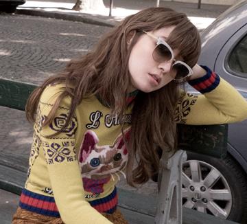 시간이 거꾸로 가는 듯 점점 더 아름다워지는 배우 이민정. 햇살을 받으며 거리를 거니는 그녀에게서 프랑스 파리의 가을이 오롯이 느껴진다.::셀럽, 배우, 이민정, 화보, 프랑스, 파리, 패션, 이병헌, 코스모폴리탄, COSMOPOLITAN
