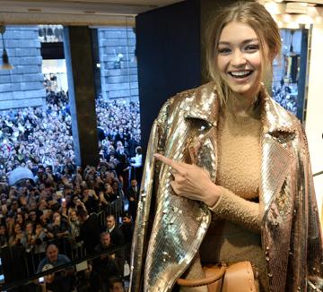 지지 하디드! 요즘 그녀가 가는 곳, 입고 신고 드는 모든 것이 화제다.::지지 하디드, 벨라 하디드, 패션, SNS, 지지, 켄달제너 셀럽, 런웨이 , 코스모폴리탄, COSMOPOLITAN