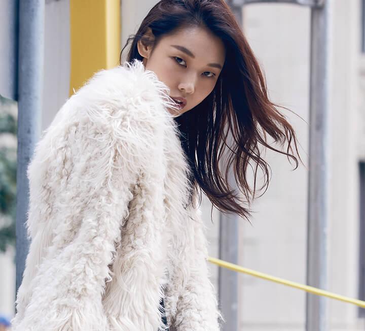 런웨이에 서는 모델이 아닌 셀러브리티로 뉴욕 패션 위크에 초대된 한혜진. 자유롭게 뉴욕 거리를 거니는 그녀의 어느 특별한 가을날.