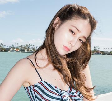 하와이에서 만난 배우 이민정은 아이처럼 맑고, 소녀처럼 순수하고, 숙녀처럼 아름다웠다. 하와이의 아름다운 자연을 만끽하는 그녀의 자유로운 시간. ::셀럽, 스타, 배우, 이민정, 화보, 매력, 여배우, 코스모폴리탄, COSMOPOLITAN