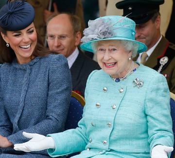 런던 여행 기념품 샵에 들르면 빨간색 2층 버스, 발맞춰 걷는 병정들 옆에 컬러풀한 스커트 슈트를 입은 엘리자베스 2세 여왕의 피규어가 늘 자리한다. 그 이유는? 크레파스를 방불케 하는 무지개 빛 의상들이 그녀를 상징하는 것이기 때문! 90세 생일 퍼레이드에서도 연두색 슈트를 입고 밝은 미소로 등장한 그녀의 옷장 속을 아래의 사진들을 보고 상상해보자.::셀럽, 영국, 여왕, 런던, 엘리자베스 2세, 엘리자베스, 다이애나비, 찰스 왕자, 드레스, 센스, 컬러 슈트, 코스모폴리탄, COSMOPOLITAN