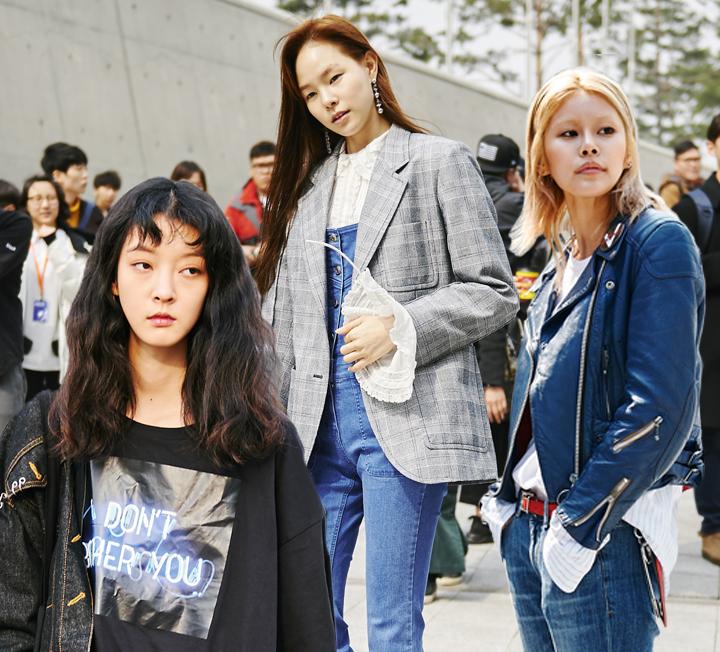 2017 F/W 서울패션위크 기간 동안 거리에서 포착된 모델들의 리얼룩. 그 속에서 올봄 핵심 트렌드를 쏙쏙 골라냈다!