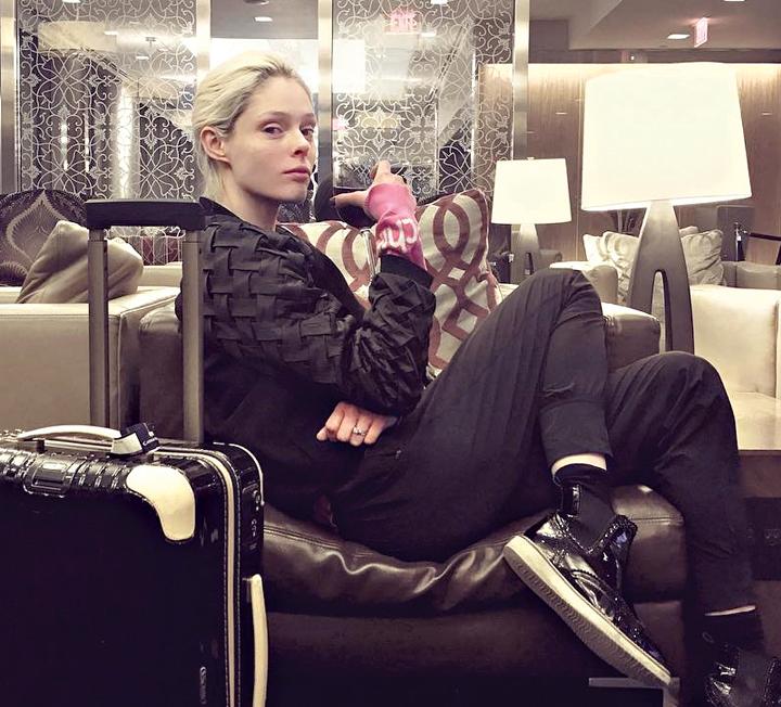 패피의 공항 패션에는 뭔가 특별한 게 있다! 매일같이 출근 도장을 찍는 공항에서 그녀들이 잊지 않고 챙기는 아이템은 과연 무엇일까? ::패션, 스타, 셀렙, 패피, 공항패션, 코스모폴리탄, COSMOPOLITAN