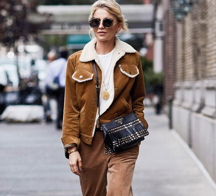 지난 패션 위크 기간에 활약이 두드러졌던 그녀. 하루에도 몇 번 다른 룩으로 갈아입는 건 물론, 돌체앤가바나 쇼에 모델로 서기까지 했으니! 그녀는 작은 키를 커버하기 위해 벨보텀 팬츠에 짧은 블루종을 더하거나, 박시한 스웨트셔츠에 미디 부츠를 신곤 한다.