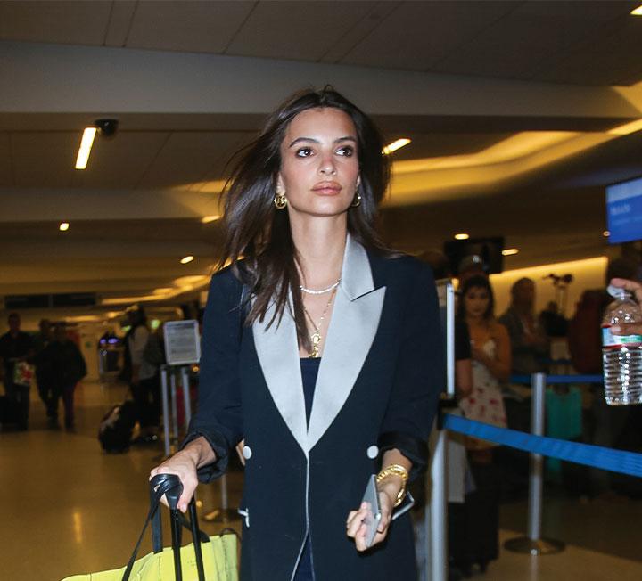 지금이 바로 떠나야 할 때! 부스스한 머리에 눈곱만 떼고 떠나는 새벽 비행기에서도 세련된 스타일을 유지할 수 있는 방법을 셀렙들의 공항 패션에서 찾았다. ::패션, 스타일, 스타일링, 셀렙, 공항패션, 에밀리라타이코프스키, 코스모폴리탄, COSMOPOLITAN