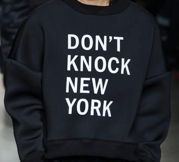 다음의 문구가 어떤 런웨이에 등장했는지 알아맞혀보세요! ::쇼, 패션쇼, 런웨이, 문구, 브랜드, DKNY,Vetements, Moschino, AlexanderWang, 코스모폴리탄, COSMOPOLITAN