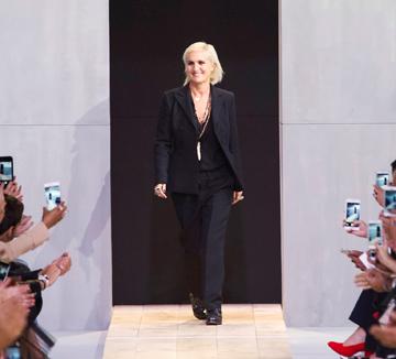 """요즘 패션계는 여성을 위한 것 그리고 그것들을 창조한 여성들이 화제다. """"우리 모두 페미니스트가 돼야한다""""라는 문구를 티셔츠에 적은 디올의 마리아 그라치아 키우리부터 아름다움에 대한 편견과 고정관념을 깨는 이들의 새로운 반란까지 패션계의 이슈들."""