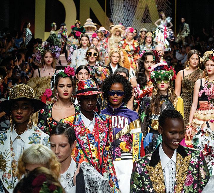 기대를 한 몸에 모았던 새로운 크리에이티브 디렉터들의 컬렉션, 예상치 못한 셀렙의 등장, 색다른 아이템의 활약 등 지난 한 달 동안 이어졌던 2019 S/S 시즌 패션 위크가 막을 내렸다. SNS를 통해 전 세계에 빠르게 전파됐던 5대 도시 패션 이슈를 정리했다. ::패션, 2019SS, 패션위크, 제시카, 돌체앤가바나, DDP, 스텔라테넌트, 나탈리아보디아노바, 카렌엘슨, 샤샤. 빅토리아베컴, 베컴가족, 코스모폴리탄, COSMOPOLITAN
