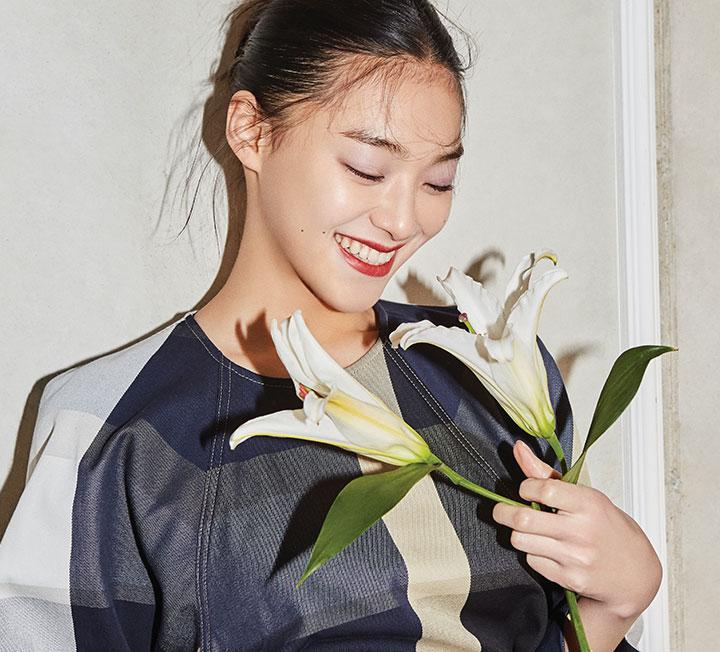 새로운 레이디라이크 룩을 입고 꽃 시장을 찾은 그녀의 분주한 아침이 시작됐다.